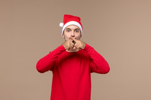 Widok z przodu młody mężczyzna na brązowej podłodze świąteczne emocje wakacje