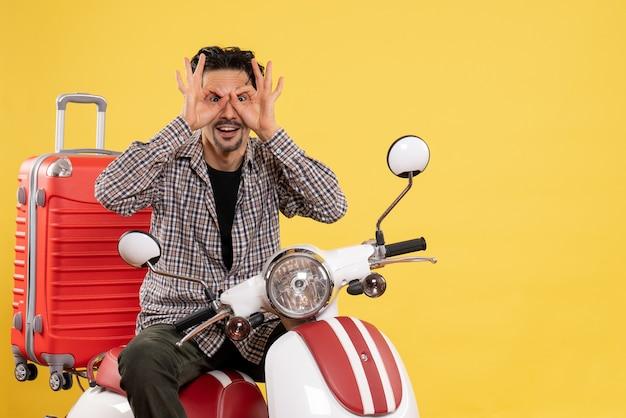 Widok z przodu młody mężczyzna na rowerze z torbą na żółto