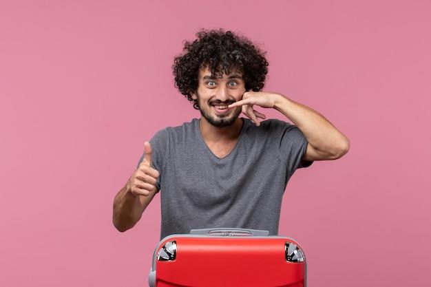 Widok Z Przodu Młody Mężczyzna Przygotowuje Się Do Wakacji Uśmiechając Się Na Różowej Przestrzeni Darmowe Zdjęcia