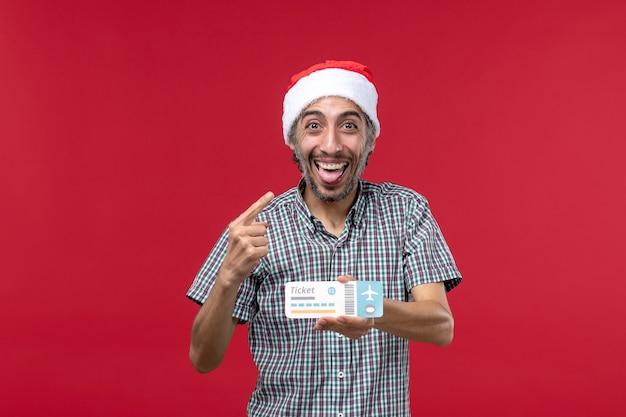 Widok z przodu młody mężczyzna radujący się biletem na czerwonym tle