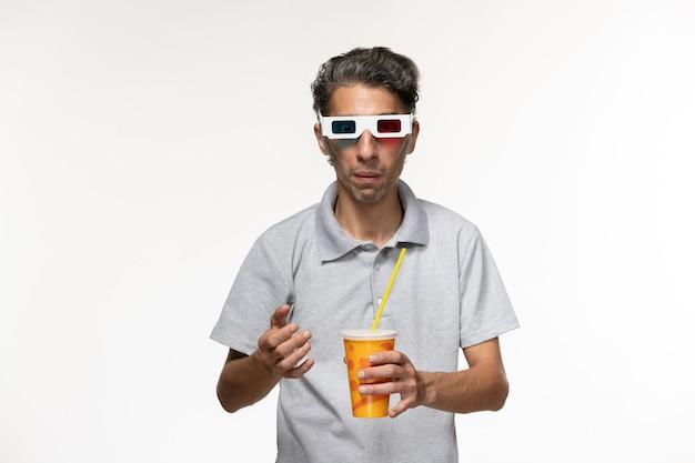 Widok z przodu młody mężczyzna trzyma sodę w d okulary przeciwsłoneczne na białej ścianie zdalny film przyjemność samotny