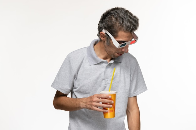 Widok z przodu młody mężczyzna trzyma sodę w d okulary przeciwsłoneczne na białym biurku zdalny film przyjemność samotny
