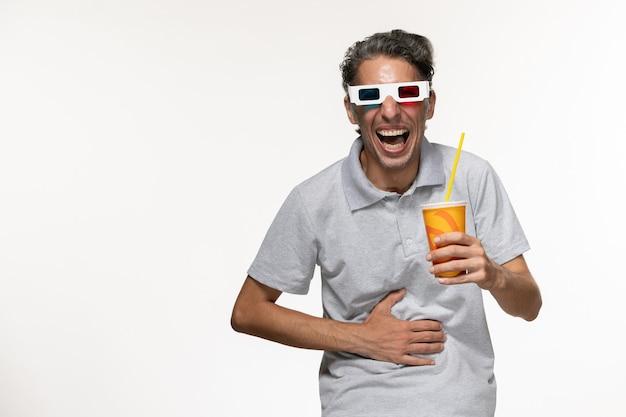 Widok z przodu młody mężczyzna trzyma sodę w d okulary przeciwsłoneczne na jasnobiałej ścianie zdalny film przyjemność samotny