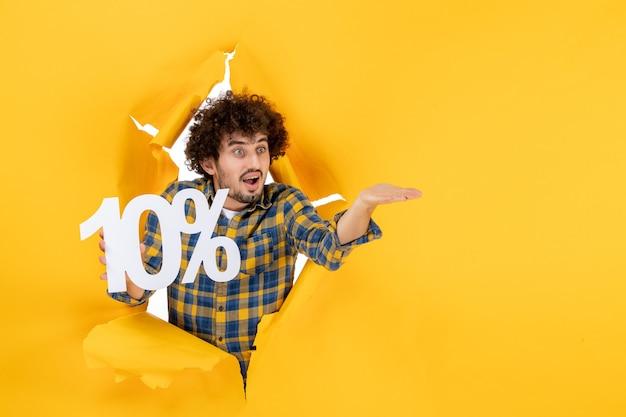 Widok z przodu młody mężczyzna trzymający się na żółtym tle