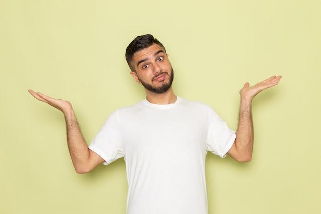 Widok z przodu młody mężczyzna w białej koszulce tylko pozuje