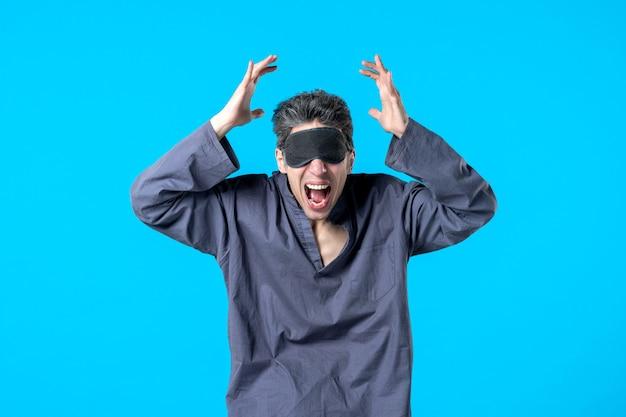 Widok z przodu młody mężczyzna w piżamie i śpiącym bandażu na niebieskim tle sen sen noc kolor koszmar ciemna sypialnia łóżko krzyk