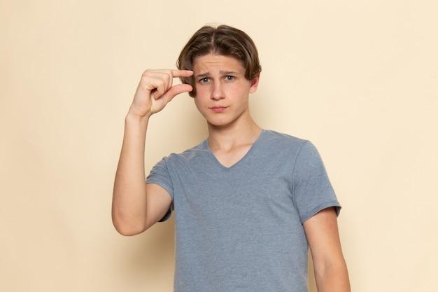 Widok z przodu młody mężczyzna w szarej koszulce pozowanie