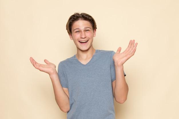 Widok z przodu młody mężczyzna w szarej koszulce śmiejący się w świetnym nastroju