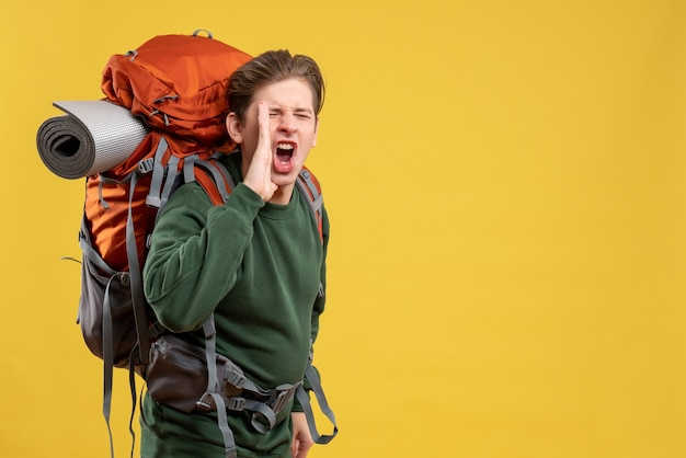 Widok z przodu młody mężczyzna z plecakiem przygotowującym się do wędrówek i rozmów
