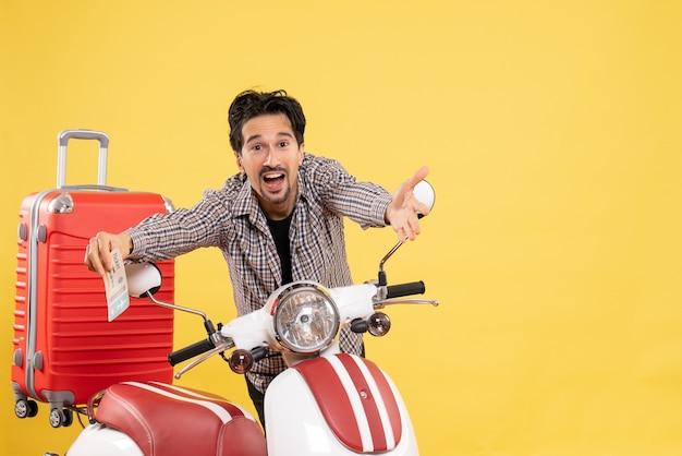 Widok z przodu młody mężczyzna z rowerem trzymając bilet na żółto