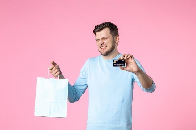 Widok z przodu młody mężczyzna z teraźniejszością i czarną kartą bankową na różowym tle równość data małżeństwa dzień kobiet marzec miłość kobiecy zmysłowy park