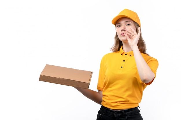 Widok z przodu młody żeński kurier żeński pracownik usług dostawy żywności gospodarstwa pole pizzy uśmiecha się na białym tle