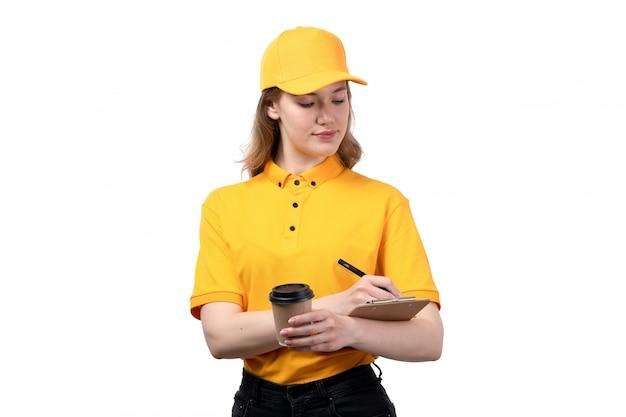 Widok z przodu młody żeński kurier żeński pracownik usług dostawy żywności trzymając filiżankę kawy i notatnik na białym tle