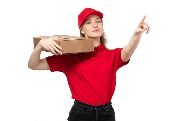 Widok z przodu młody żeński kurier żeński pracownik usług dostawy żywności uśmiechnięte gospodarstwa pole dostawy na białym tle
