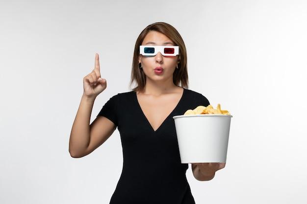 Widok z przodu młodych atrakcyjnych kobiet posiadających cips ziemniaczanych d okulary przeciwsłoneczne na białej powierzchni