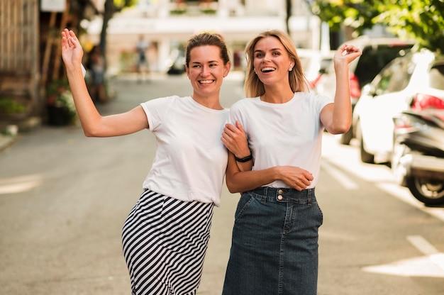 Widok z przodu młodych kobiet idących do siebie