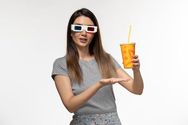 Widok z przodu młodych samic sody pitnej w okularach przeciwsłonecznych na białym biurku