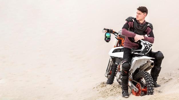 Widok z przodu motocykl jeździec relaksujący na pustyni