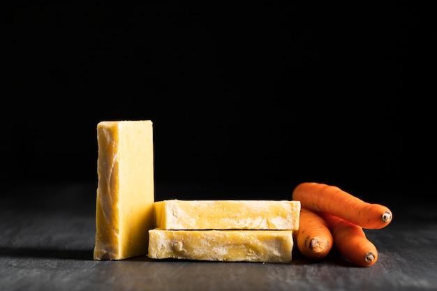 Widok z przodu mydła wykonane z marchwi