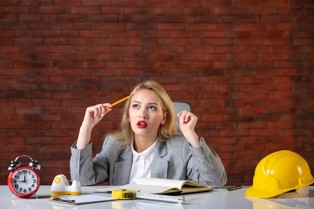 Widok z przodu myśli kobieta inżynier siedzi w biurze