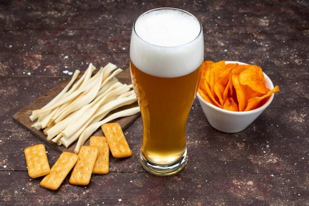 Widok z przodu na chipsy i frytki wraz z piwem na drewnianym biurku