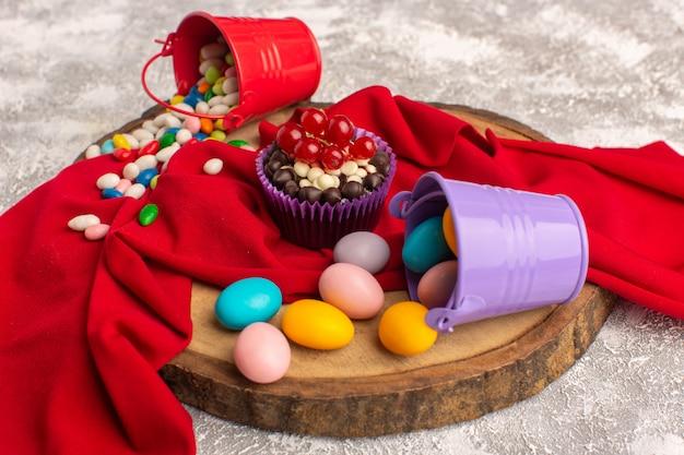 Widok z przodu na ciasteczka i cukierki na białej powierzchni