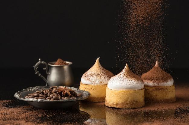 Widok z przodu na desery ze sproszkowanym kakao