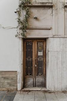 Widok z przodu na drzwi budynku w mieście