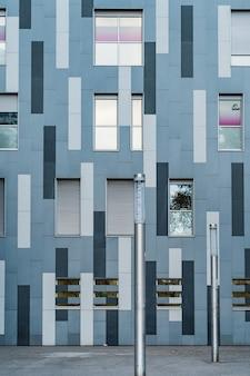 Widok z przodu na eklektyczną elewację budynku miejskiego