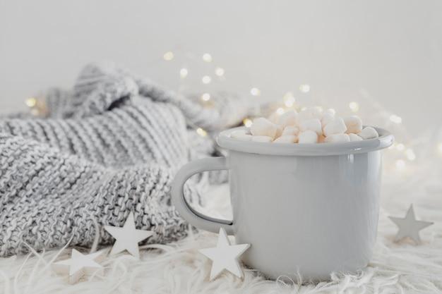 Widok z przodu na gorącą czekoladę z piankami i swetrem