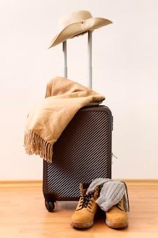Widok z przodu na jesienny układ bagażu podróżnego