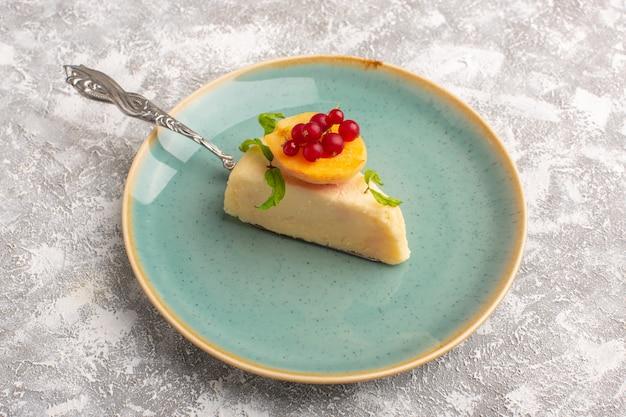 Widok z przodu na kawałek pysznego ciasta z morelą i żurawiną wewnątrz zielonego talerza
