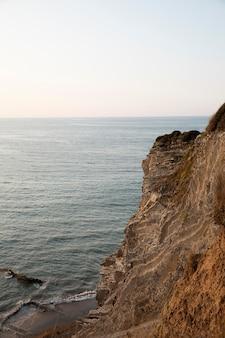 Widok z przodu na ocean w świetle dziennym