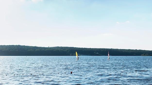 Widok z przodu na piękne jezioro