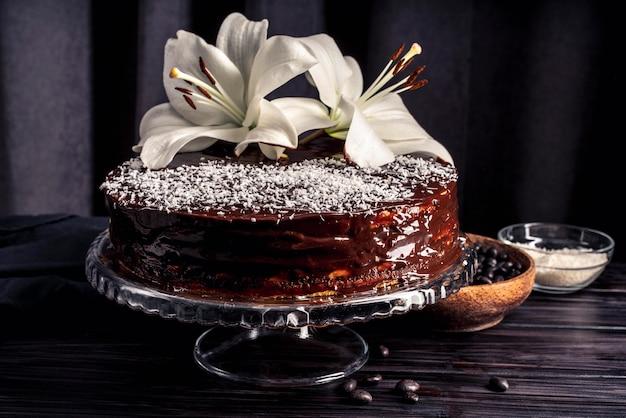 Widok z przodu na pyszne ciasto z lilią
