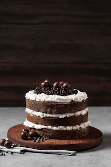Widok z przodu na pyszne ciasto z miejsca na kopię