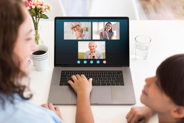 Widok z przodu na rodzinną rozmowę wideo na laptopie