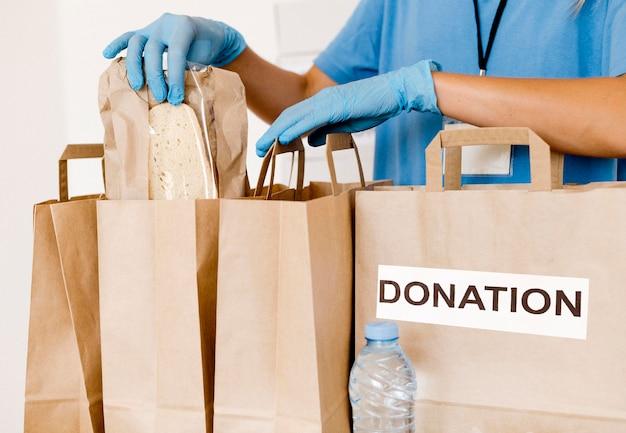 Widok z przodu na torby z jedzeniem do darowizny