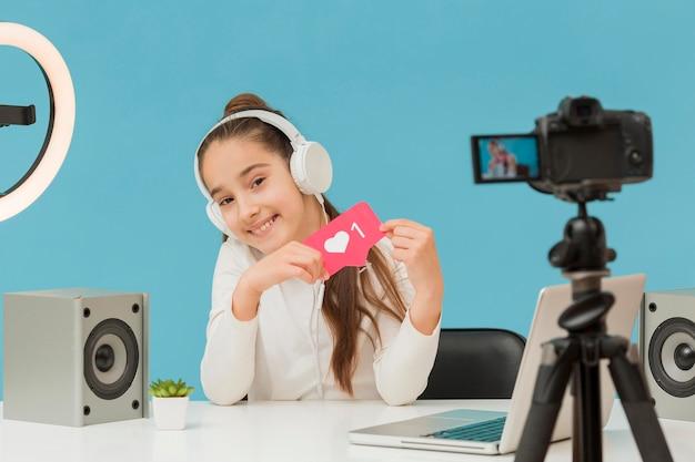 Widok z przodu nagrywanie młodej dziewczyny na osobistym blogu
