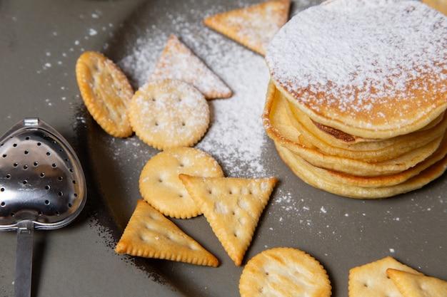 Widok z przodu naleśniki i chipsy wewnątrz szarego talerza
