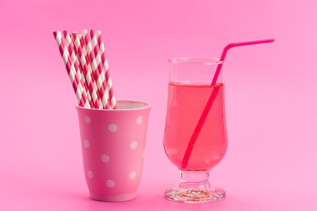 Widok z przodu napój i cukierki różowe, -białe, cukierki w sztyfcie z sokiem w kolorze różowym, słodkim jak cukier