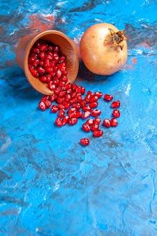 Widok z przodu nasiona granatu w drewnianej misce granat na niebiesko z wolnym miejscem