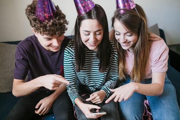 Widok z przodu nastolatków sprawdzających zdjęcia