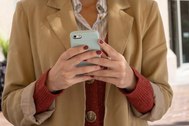 Widok z przodu nie do poznania kobiety wysyłanie wiadomości z telefonu komórkowego, z miejsca na kopię.
