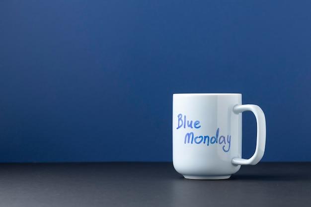 Widok z przodu niebieska poniedziałkowa kompozycja z kubkiem