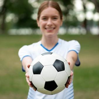 Widok z przodu niewyraźne kobiety trzymającej piłkę