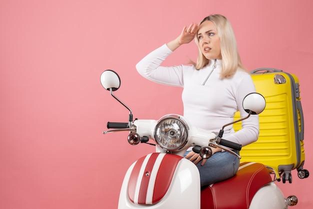 Widok z przodu niezadowolona młoda dama na obserwowaniu motoroweru