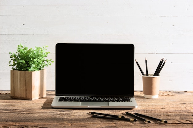 Widok z przodu notebooka i filiżankę kawy. inspiracja i koncepcja makiety