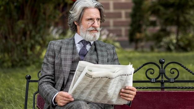 Widok z przodu nowoczesny mężczyzna czytający gazetę