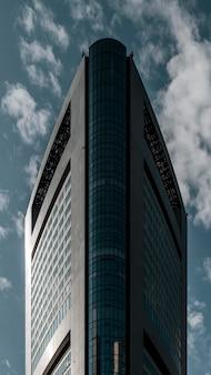 Widok z przodu nowoczesnych wieżowców budynków biurowych